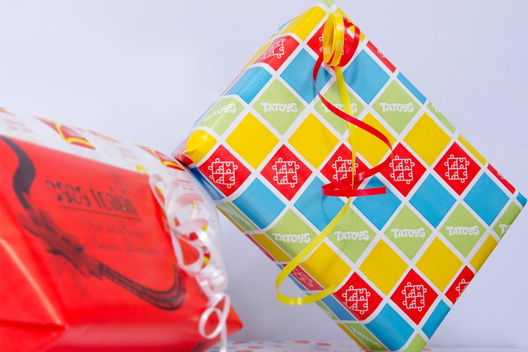 Papel impreso con marca para envolver regalos
