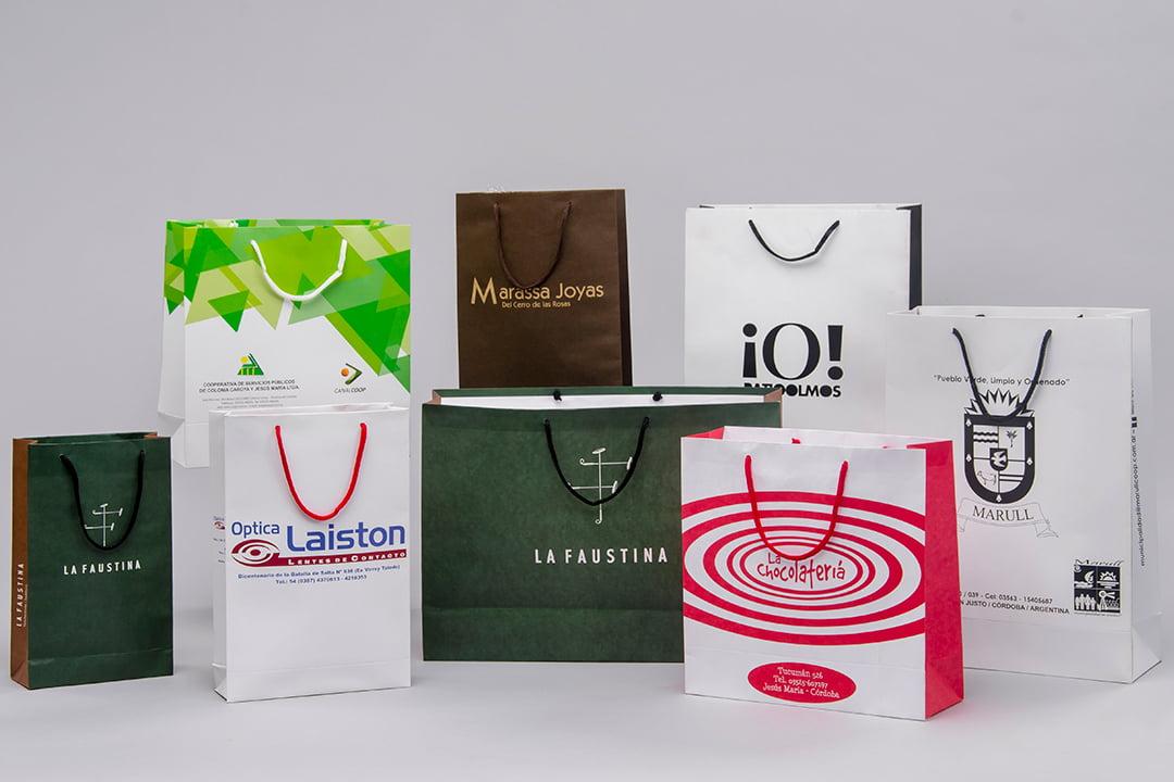 Distintas bolsas con manijas de papel y de cartulina